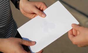 Как удалить жирное пятно с тетради, паспорта, картона