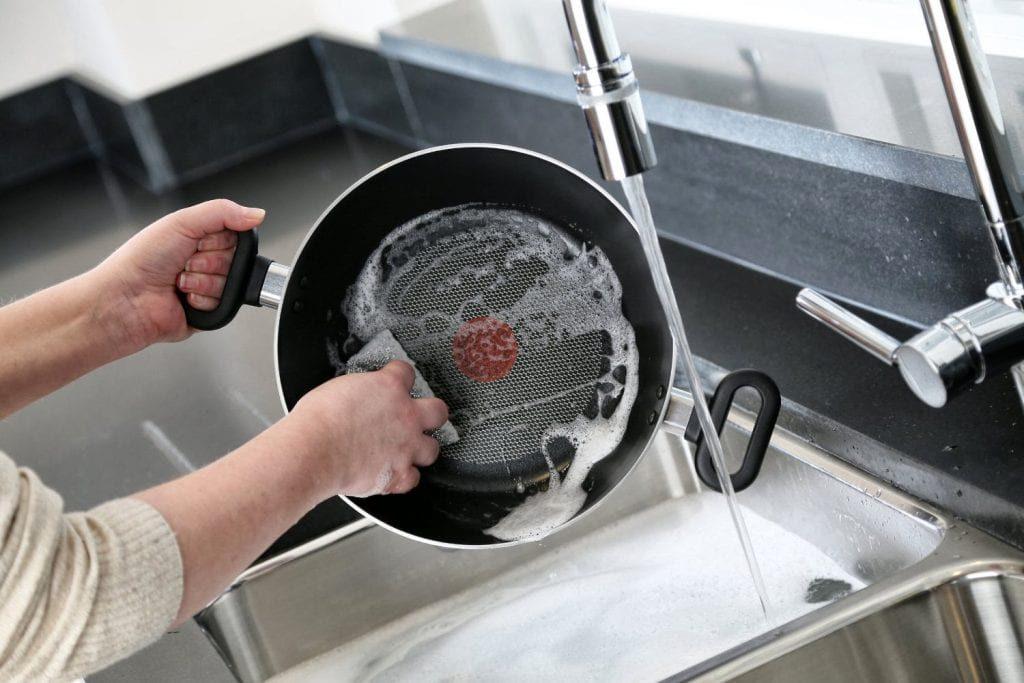 Почистить сковородку