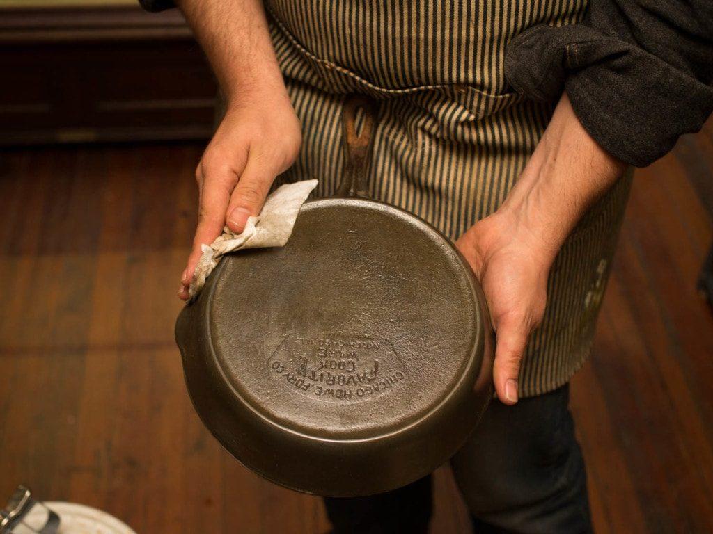 Очистить чугунную сковородку