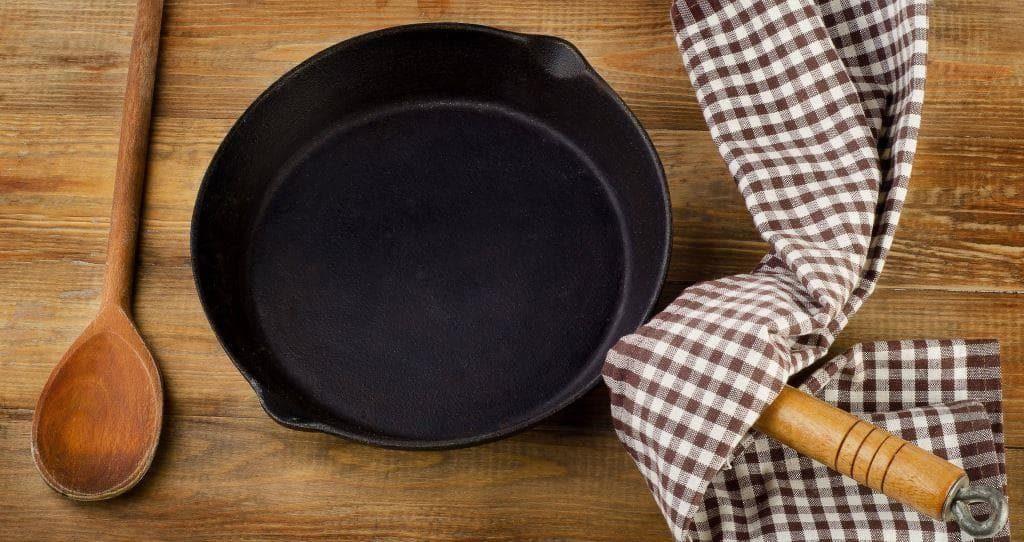 Почистить чугунную сковородку
