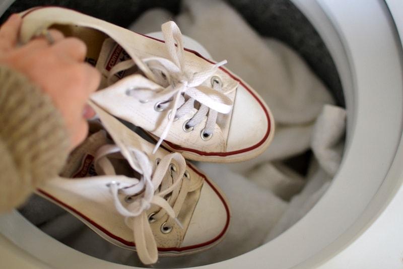 К постирать кроссовки