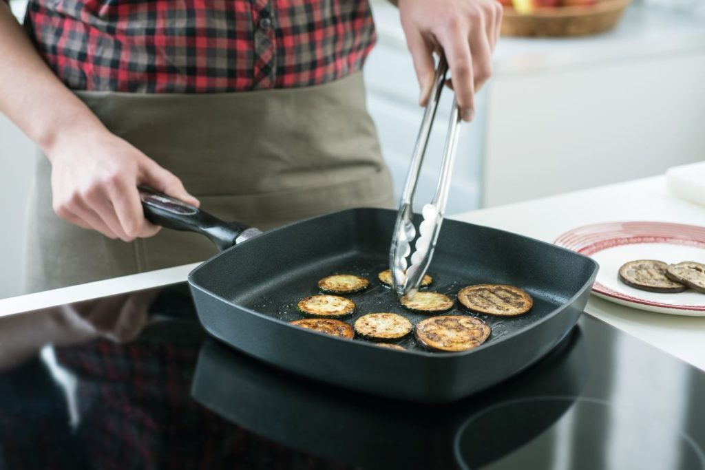Почистить сковороду с антипригарным покрытием