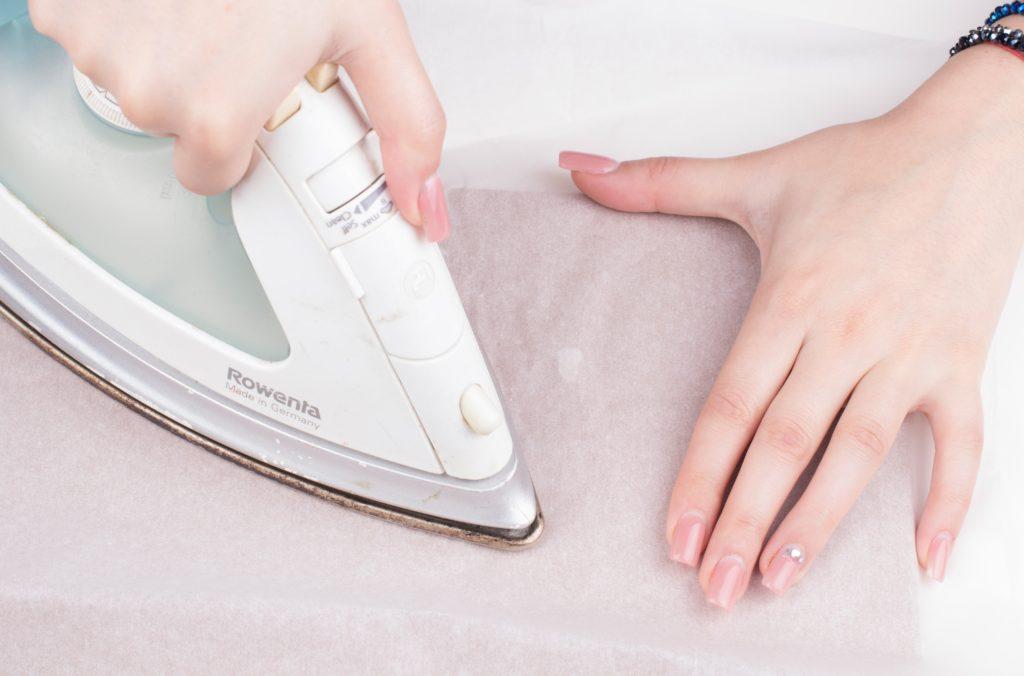 Убрать блеск от утюга на одежде