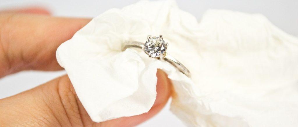 Чистить кольцо с брильянтом