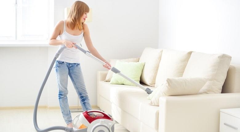 Чистить светлый диван