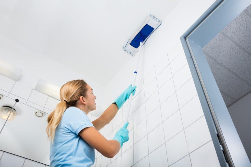 Мыть натяжной потолок