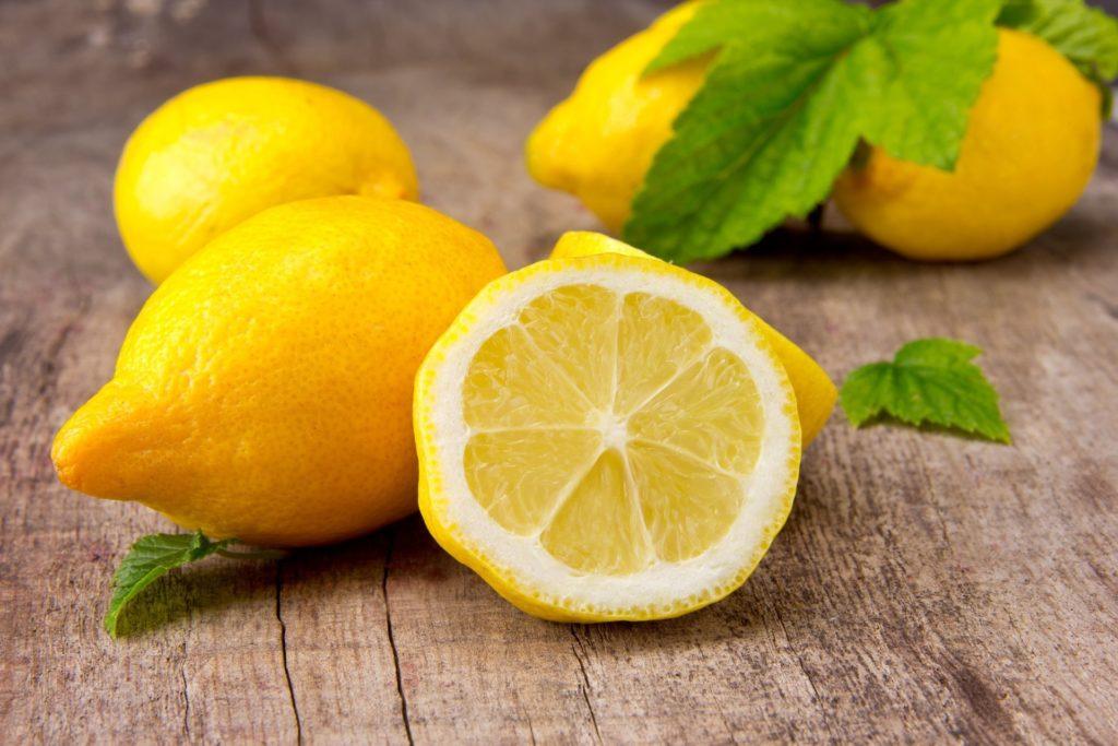 Чистить ванну лимоном
